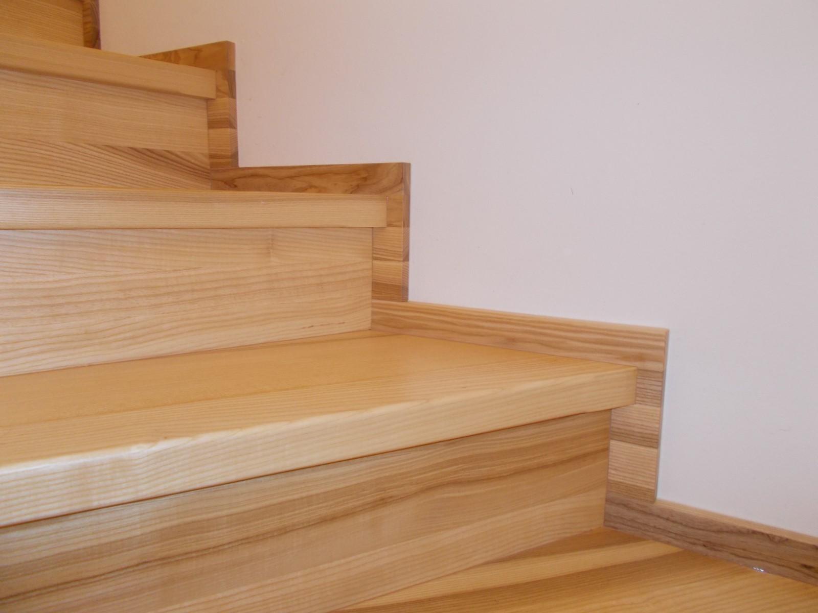 Detail dřevěných schodů