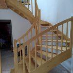 Schody s dřevěným zábradlím