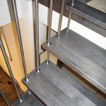 Schody s kovovým zábradlím