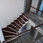 Moderní schodiště s kovovým zábradlím